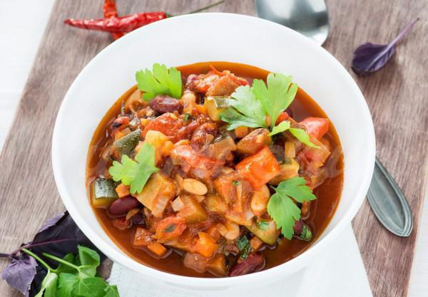 На фото Чили с овощами