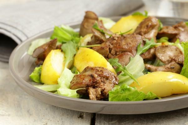 На фото Теплый салат из печени и яблок