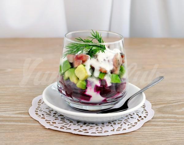 На фото Салат из сельди, свеклы и авокадо