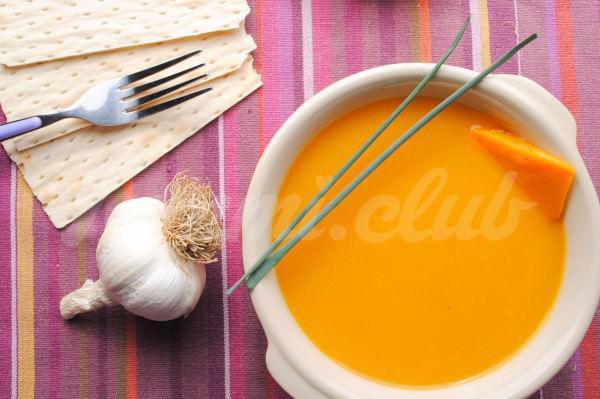 На фото Тыквенный суп с сельдереем