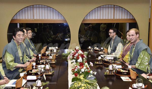 На фото Принца Уильяма угостили продуктами с Фукусимы