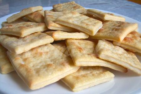 На фото Маца (пресный хлеб по рецепту еврейской кухни)