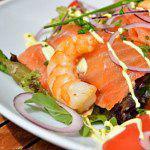Рецепт Салат из лосося и креветок