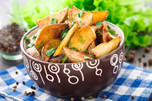 На фото Запеченные картофельные дольки от Джейми Оливера