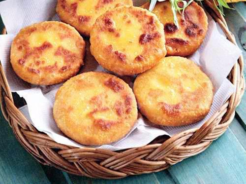 На фото Мчади – лепешки из кукурузной муки (грузинская кухня)