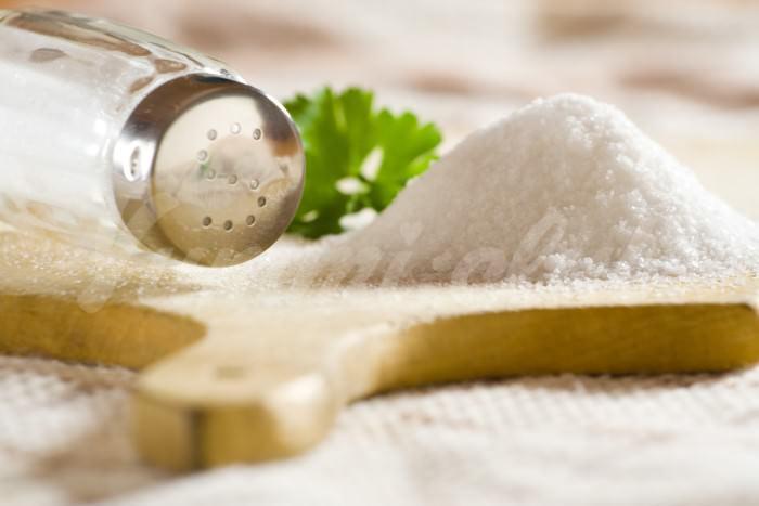 На фото Потребление соли способно защитить от болезней кожи