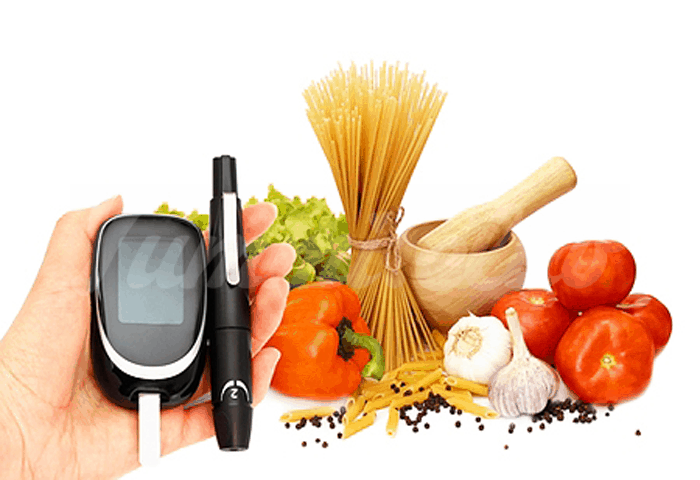 На фото Плотный завтрак и легкий ужин помогают контролировать уровень сахара в крови