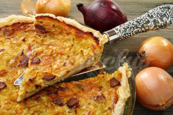 На фото Французский луковый пирог