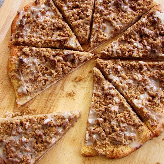 На фото Коричная десертная пицца