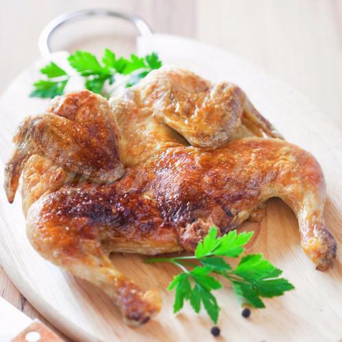 На фото Цыпленок табака под чесночно-молочным соусом