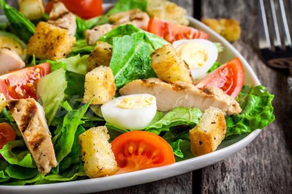 На фото Весенний салат с курицей