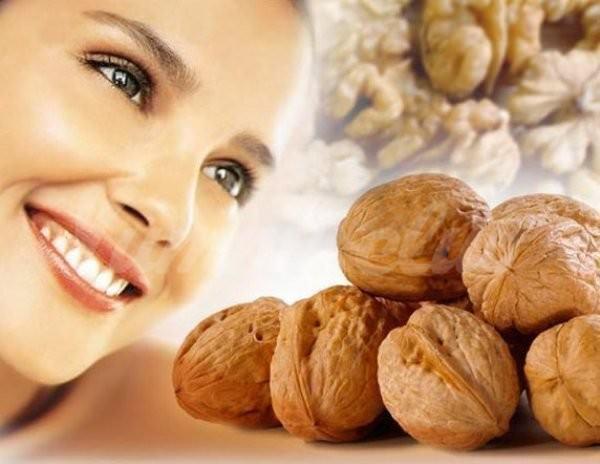 На фото Грецкие орехи защитят от седины