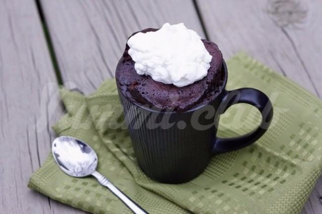 На фото Шоколадно-ореховый пирог в микроволновке