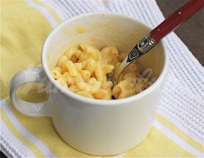 На фото Макароны с сыром в микроволновке