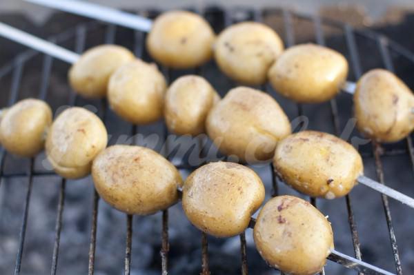 На фото Молодой картофель на гриле