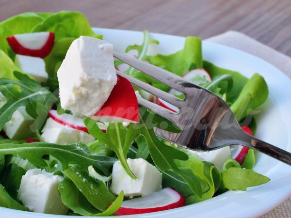 На фото Весенний салат из редиса и рукколы