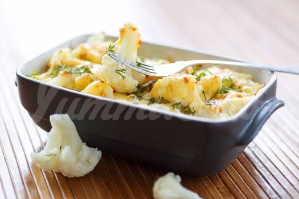 На фото Запеченная цветная капуста с сыром