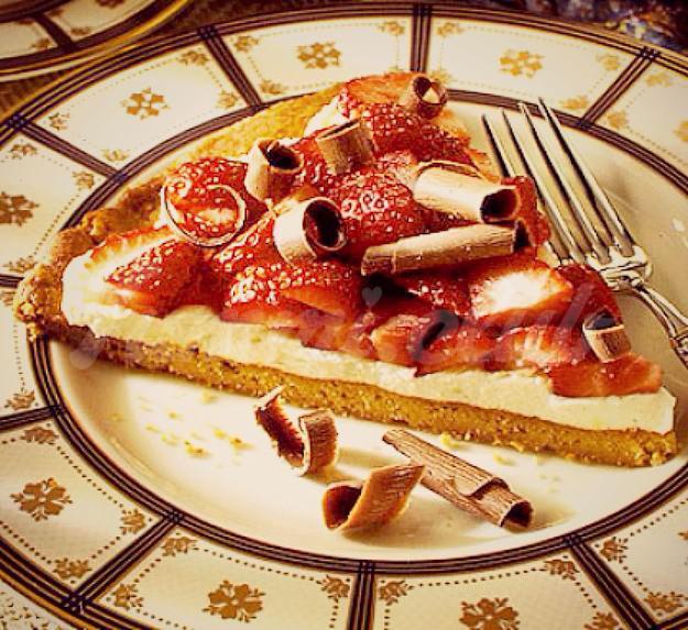 На фото Сладкая пицца с клубникой и сыром маскарпоне