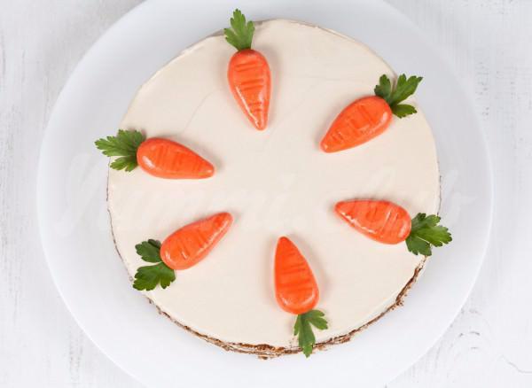 На фото Морковный торт с орехами