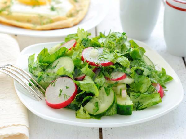 На фото Весенний салат из редиса и огурцов