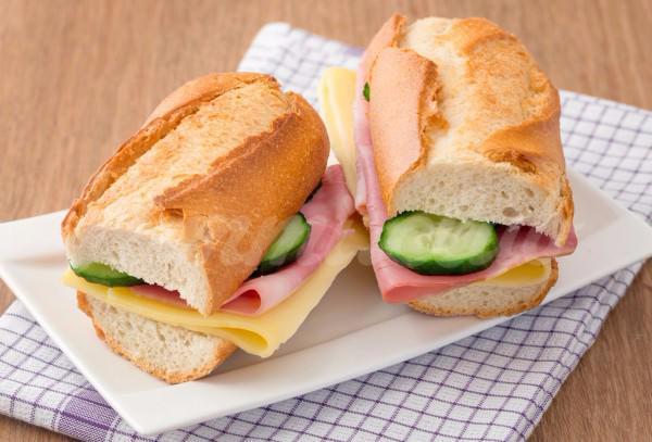 На фото Сэндвичи с ветчиной и сыром