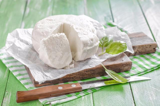 На фото Домашний сыр в мультиварке