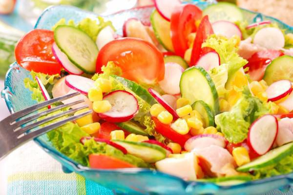 На фото Весенний салат из овощей