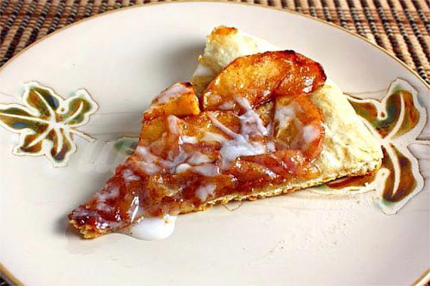 На фото Пицца с яблоками