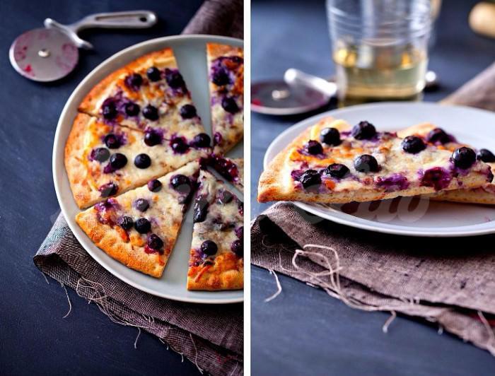На фото Черничная сладкая пицца