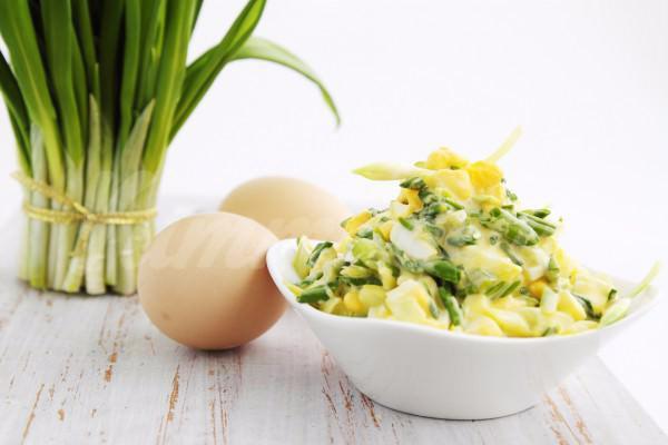 На фото Салат из черемши с яйцом