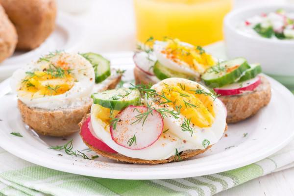 На фото Бутеброды с редисом и яйцом