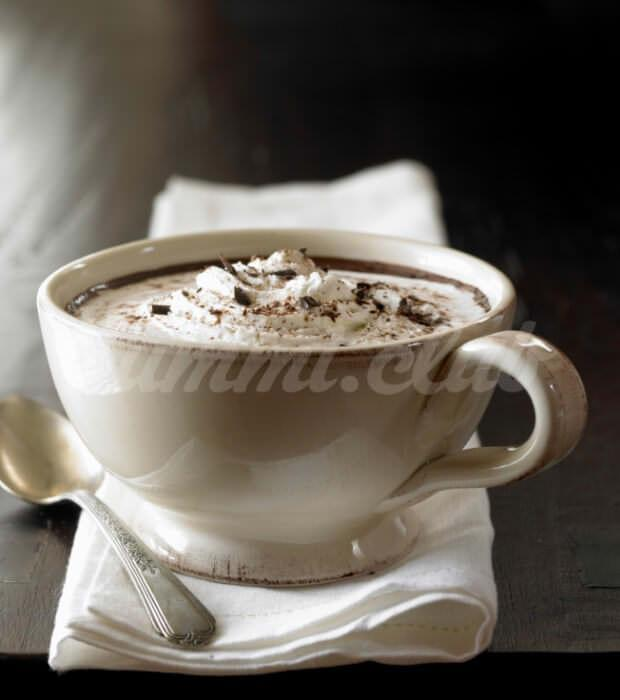На фото Арахисовый горячий шоколад