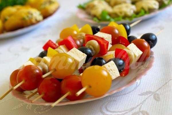 На фото Овощная закуска на шпажках