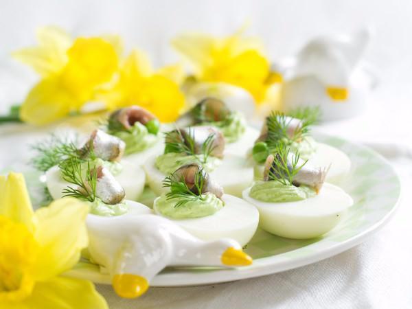 На фото Фаршированные яйца с авокадо