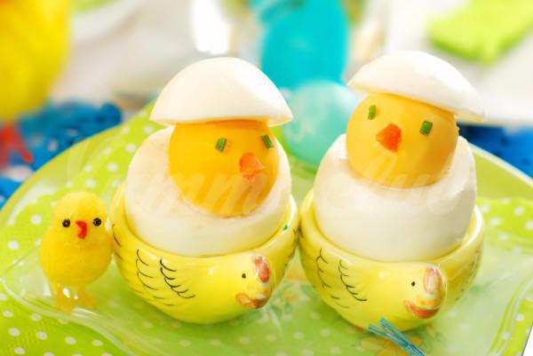 На фото Пасхальные цыплята из яиц