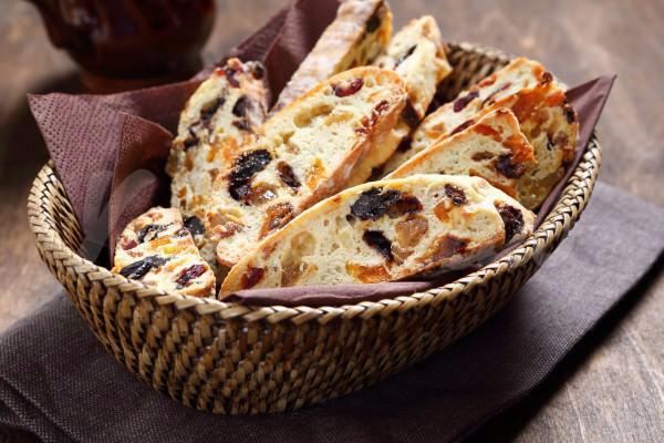 На фото Бискотти с изюмом и орехами