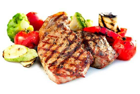 На фото Мясо нужно есть с овощами