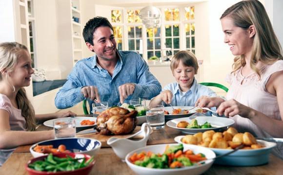 На фото Специалисты советуют обедать дома, а не в ресторанах