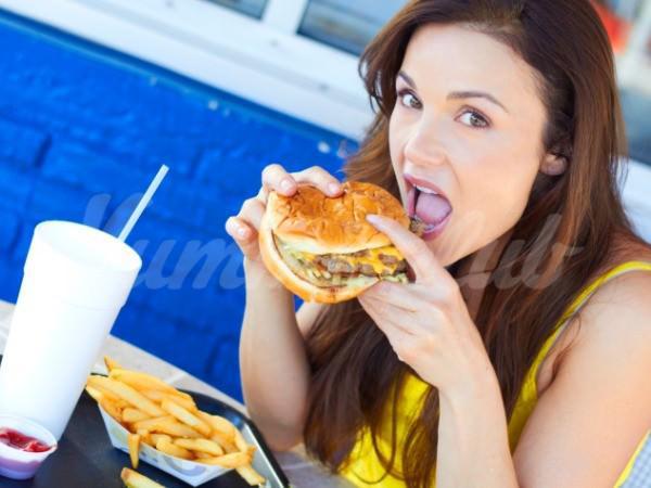 На фото Жирная пища наносит вред организму быстрее, чем кажется