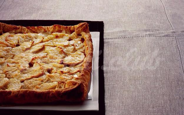 На фото Яблочная пицца