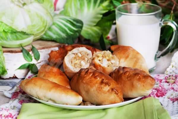 На фото Пирожки с молодой капустой и яйцом