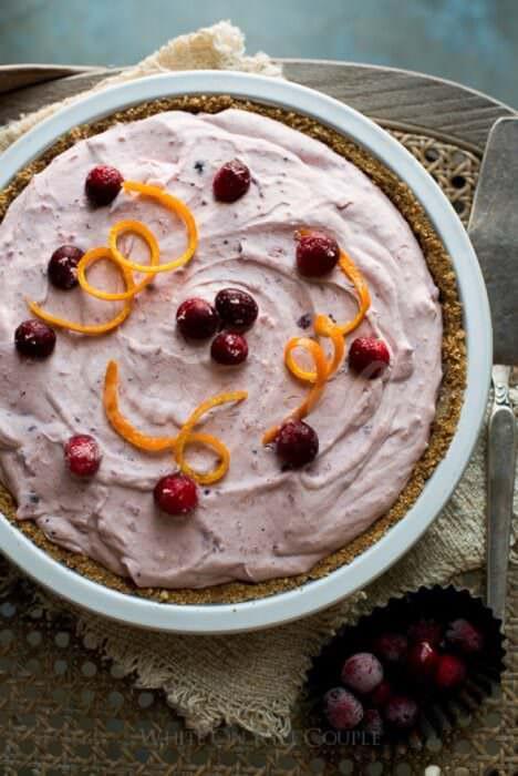 На фото Клюквенный торт без выпечки