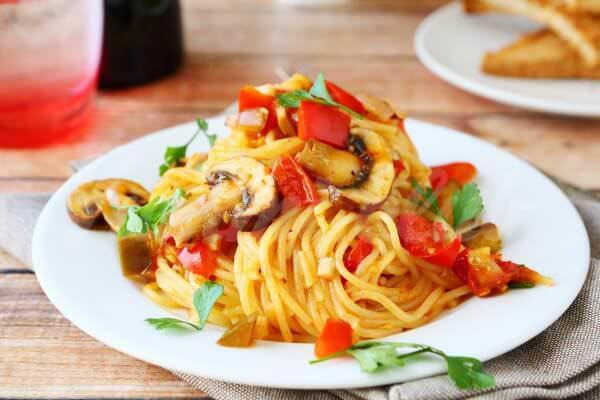 На фото Спагетти с томатно-грибным соусом