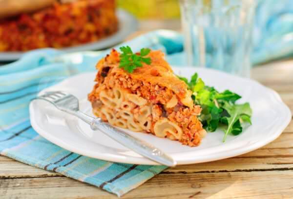 На фото Запеканка из макарон с соусом болоньезе