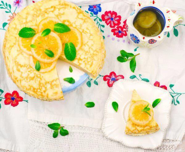 На фото Блинный пирог с лимонным кремом