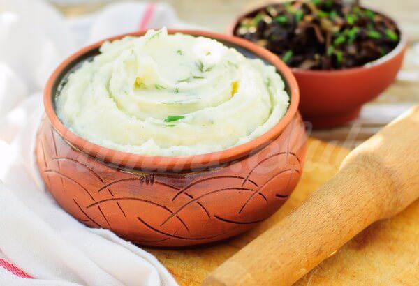 На фото Картофельное пюре с зеленью и чесноком