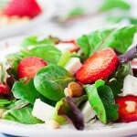 Рецепт Летний салат с клубникой и сыром