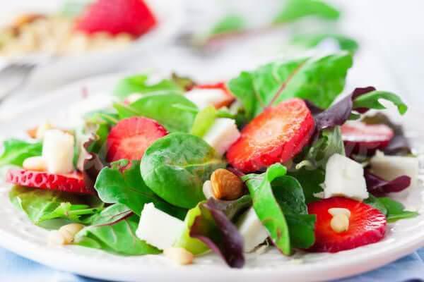 На фото Летний салат с клубникой и сыром