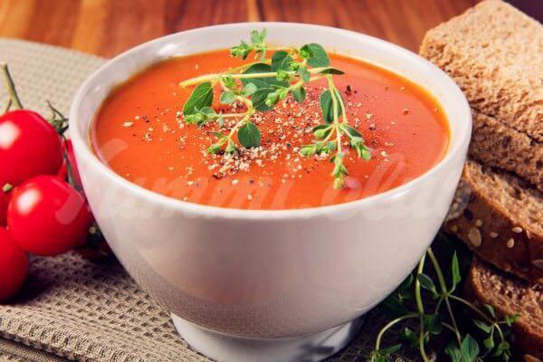 На фото Итальянский томатный суп с хлебом