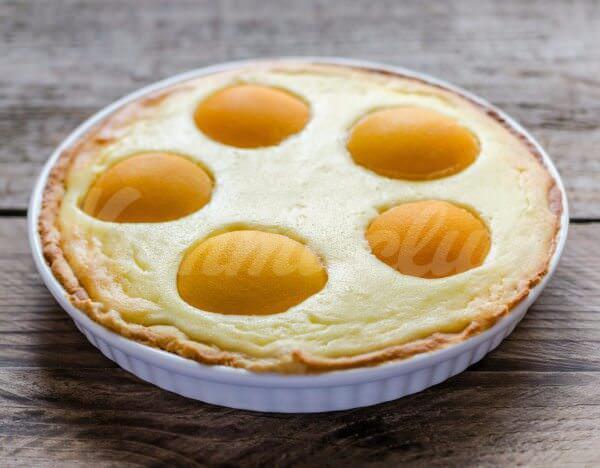 На фото Пирог с творогом и консервированными персиками